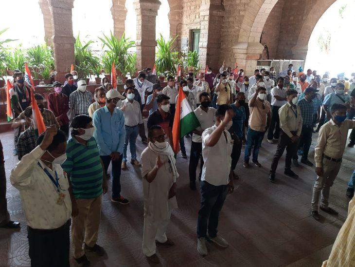 विरोध-प्रदर्शन करते रेलवे कर्मचारी। - Dainik Bhaskar
