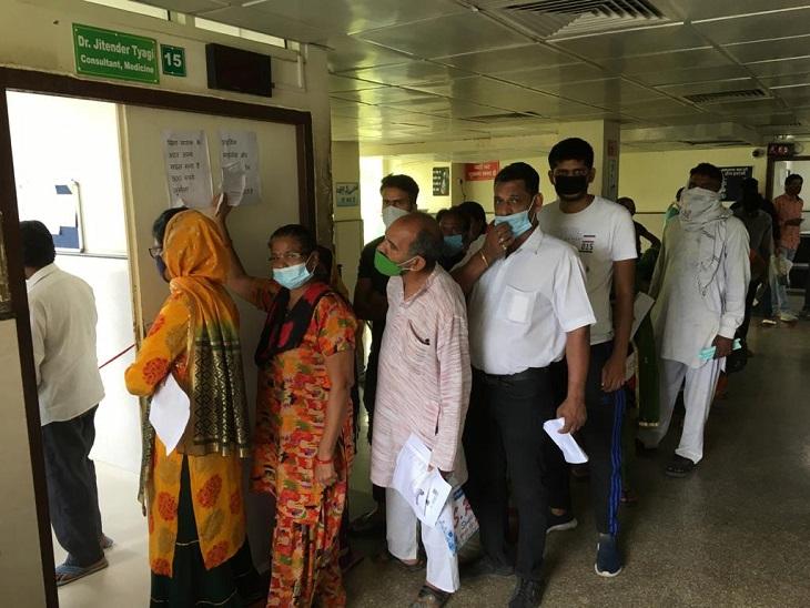 सिविल अस्पताल की सामान्य OPD के बाहर लगी मरीजों की लाइन।