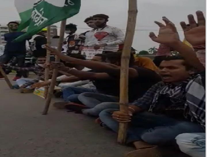 यूथ कांग्रेस के कार्यकर्ता हाईवे पर बैठकर केंद्र सरकार के खिलाफ जमकर नारेबाजी करते रहे।
