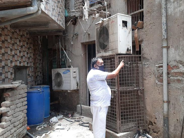 वारदात के बाद मौके पर मालिक। - Dainik Bhaskar