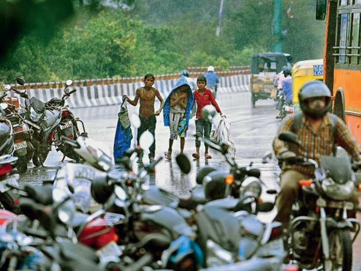दिल्ली के आईटीओ, राजीव चौक, राष्ट्रपति भवन, इंडिया गेट, बुद्धा जयंती पार्क सहित राजधानी क्षेत्र में बारिश हुई थी।