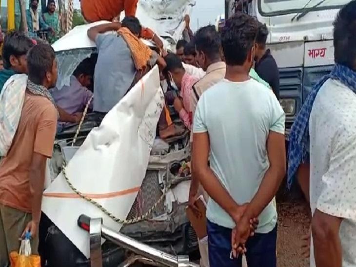 आगे जा रही हाइवा ने ब्रेक मारा, पीछे वाली ने टक्कर, बीच में फंसकर पिचक गई वैन; ड्राइवर सहित परिवार के 5 लोग घायल छत्तीसगढ़,Chhattisgarh - Dainik Bhaskar