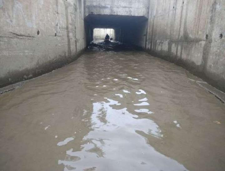 अंडरपास में बारिश के कारण जमा पानी।