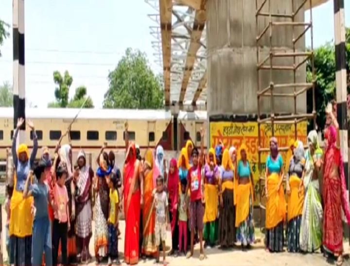 बांदीकुई में धौली गुमटी फाटक पर प्रदर्शन करती महिलाएं। - Dainik Bhaskar