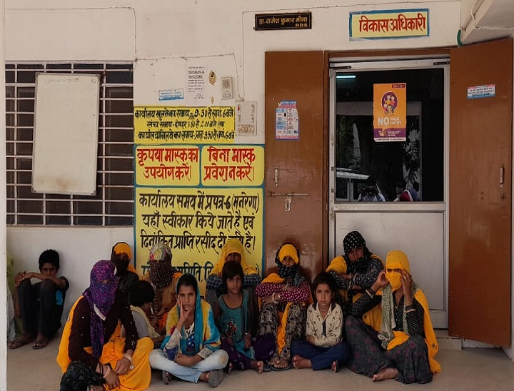सिकराय पंचायत समिति में धरने पर बैठे महिला व बच्चे - Dainik Bhaskar