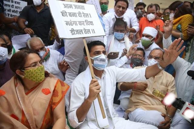 10 जुलाई को दिल्ली जाने से पहले जयुपर के सांगानेर में डीजल-पेट्रोल की बढ़ती कीमतों के खिलाफ कांग्रेस के प्रदर्शन में पायलट