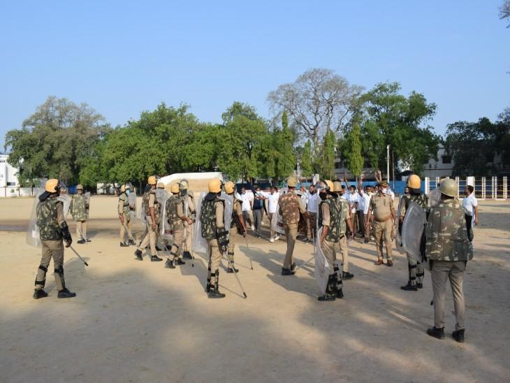 पिछले दिनों उन्नाव में हुए बवाल में 18 पुलिसकर्मी घायल हो गए थे। जिसकी वजह से इटावा में भी आज बलवा/दंगों से निपटने के लिए ड्रिल किया गया। - Dainik Bhaskar
