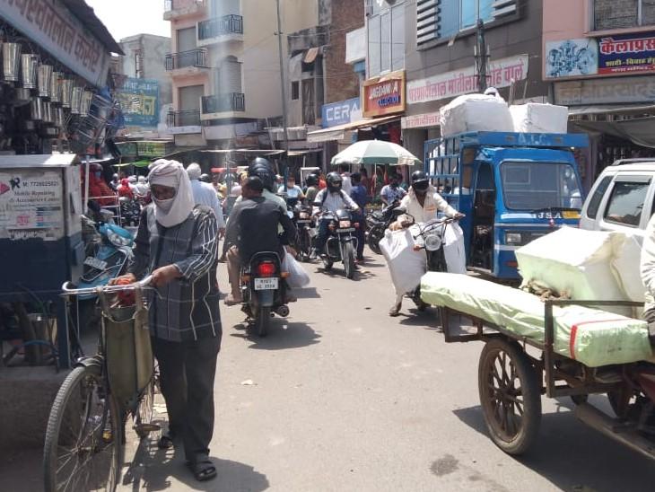 बाजार में खरीदारी कम हो रही है। - Dainik Bhaskar