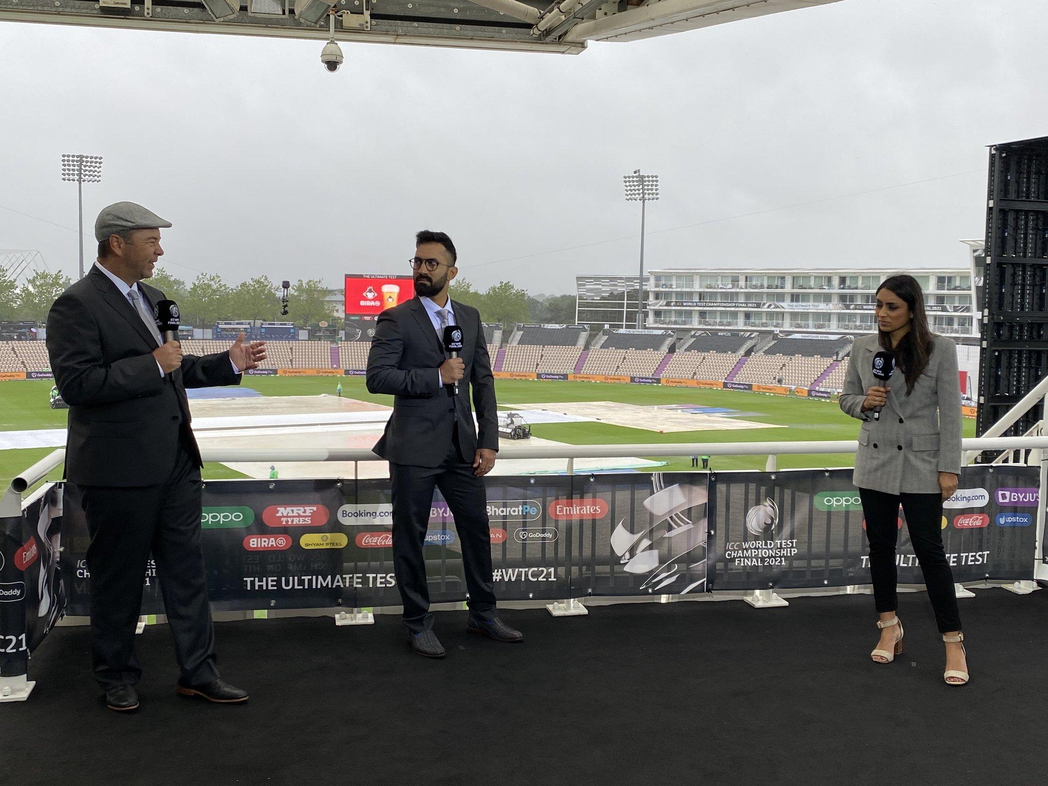 कमेंटेटर पैनल में फाइनल के लिए भारत के विकेटकीपर बल्लेबाज दिनेश कार्तिक को भी शामिल किया गया है। बारिश को लेकर अपडेट देते कार्तिक और ईशा गुहा (दाएं)।