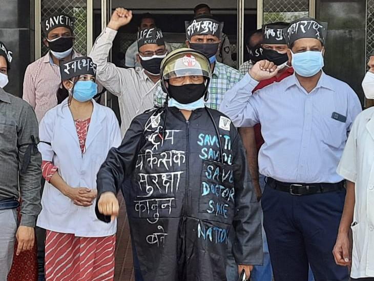 हेलमेट लगाया, काले कपड़े व काली पट्टी बांधी, 2 घण्टे ओपीडी का बहिष्कार किया, सेवारत चिकित्सकों ने भी समर्थन दिया|कोटा,Kota - Dainik Bhaskar