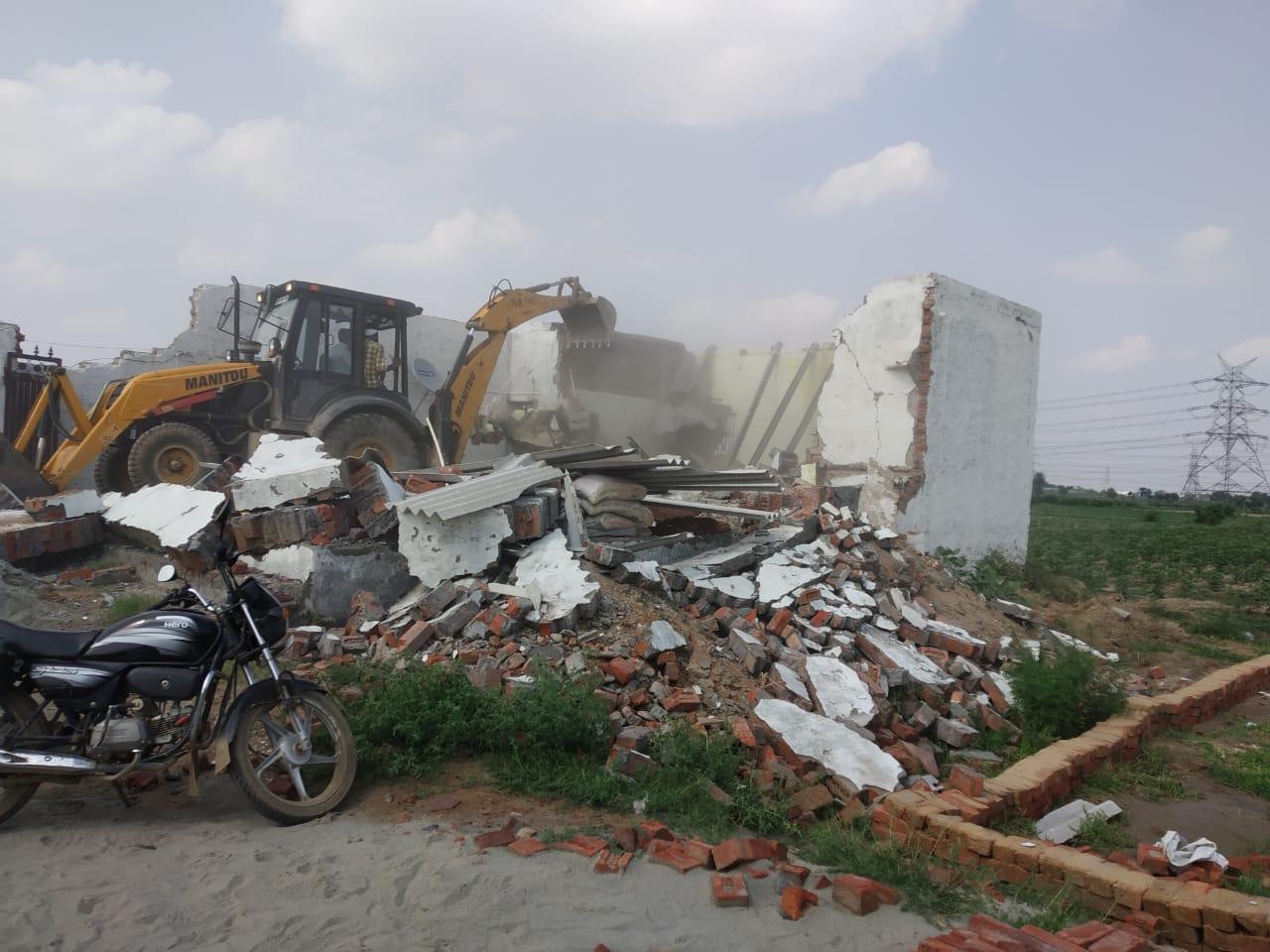 चार एकड़ में विकसित की जा रही थी काॅलोनी, डीटीपी इंफोर्समेंट ने 13 रिहायशी निर्माण व सड़कों को ध्वस्त कर दिया|फरीदाबाद,Faridabad - Dainik Bhaskar