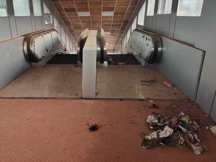 एस्केलेटर को रेलवे डेढ़ साल में भी शुरू नहीं कर सका है। एस्केलेटर के पास कचरा पड़ा रहता है।