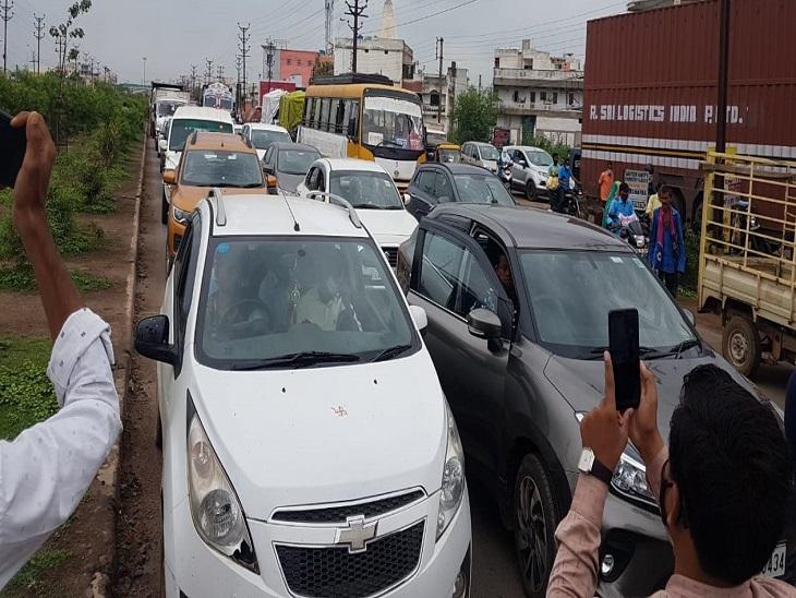 कांग्रेस के चक्काजाम की वजह से सड़क पर घंटों इस तरह का जाम लगा रहा।