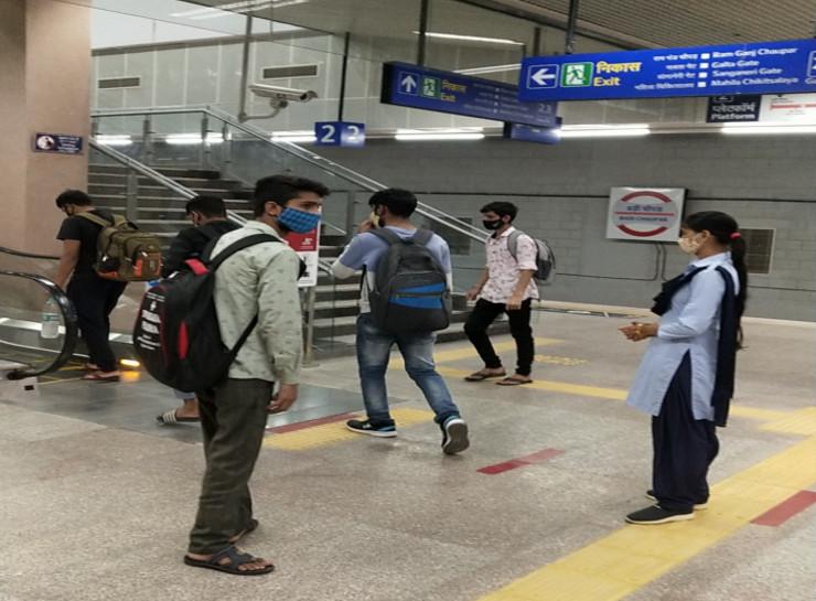 मेट्रो में सवारी का आनंद लेने पहुंचे यात्री