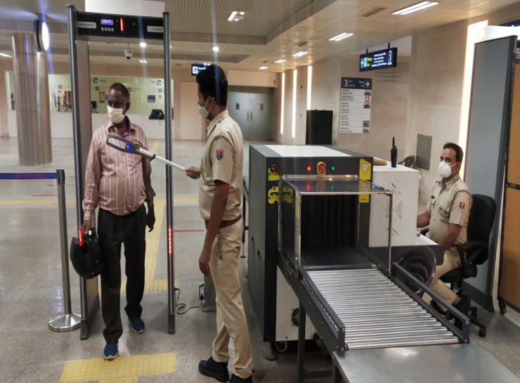 सफर से पहले सुरक्षा जरूरी, बड़ी चौपड़ मेट्रो स्टेशन पर ड्यूटी करते पुलिसकर्मी।