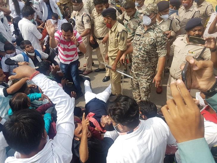 जनता कांग्रेस के नेता प्रदीप साहू और उनके समर्थक सड़क पर ही लेट गए और जमकर नारेबाजी करने लगे।