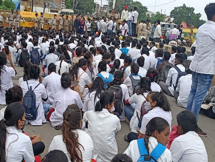 दोपहर के शाम हो गई इन छात्राओं का धरना जारी रहा।