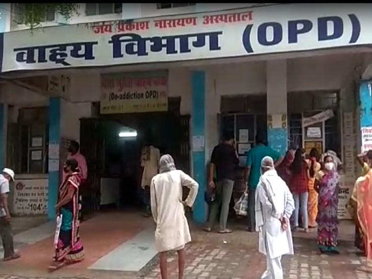 सदर अस्पताल, गया में काउंटर खुलने के इंतजार में खड़े मरीज।
