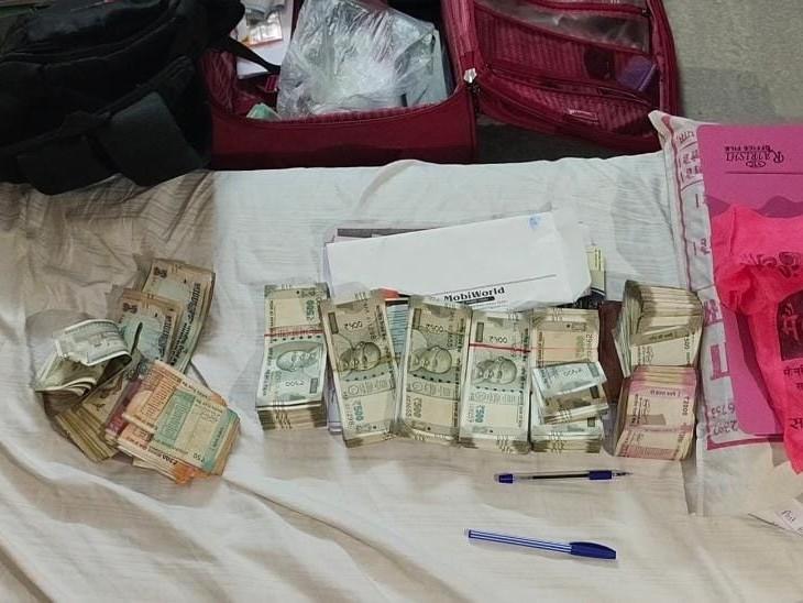 ये नकदी अलवर में पूनिया से जब्त की। इससे 14 लाख 50 हजार रुपए दिन में ही ले जा चुका।