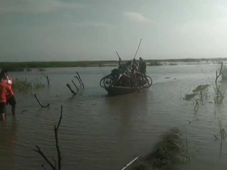 कुशीनगर में बीती रात 100 से ज्यादा लोग में पानी में फंस गए थे। NDRF ने रेस्क्यू कर बचाया।