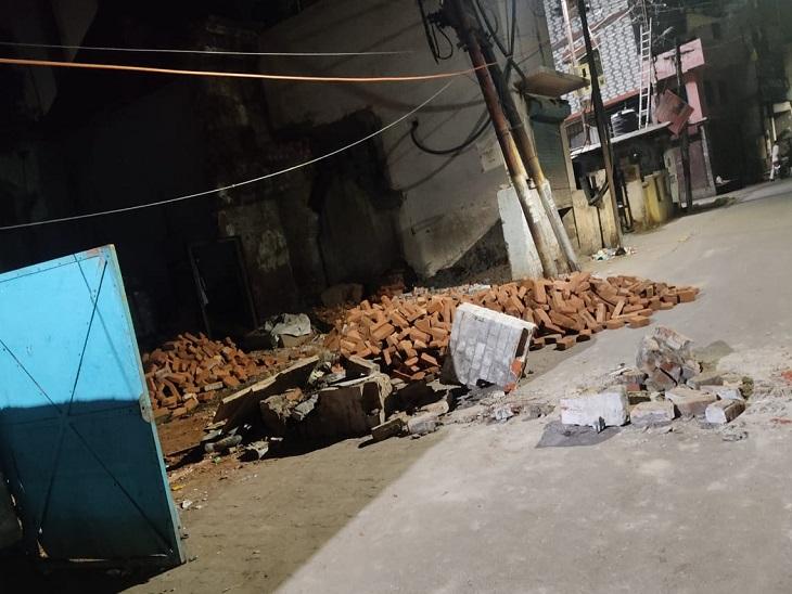 सरकारी प्राइमरी स्कूल की दीवार अचानक भरभराकर गिर पड़ी, ठेकेदार मोहम्मद नबी की दबकर मौत हो गई। - Dainik Bhaskar