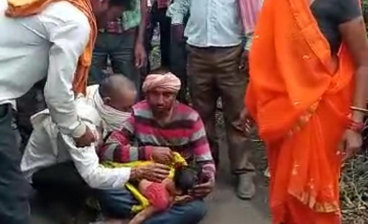 ट्रैक्टर की चपेट में आई स्कूटी ट्राली में फंसकर 15 फीट तक घिसटी, 4 साल की बच्ची की मौत, दो घायल|सागर,Sagar - Dainik Bhaskar
