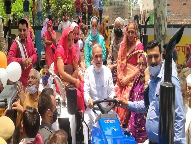 स्वंय सहायता समूह की महिलाओं के साथ सांसद डॉ सत्यपाल सिंह। - Dainik Bhaskar