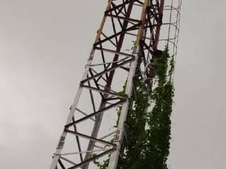 2 घंटे बाद अनूप टावर से नीचे उतरा।