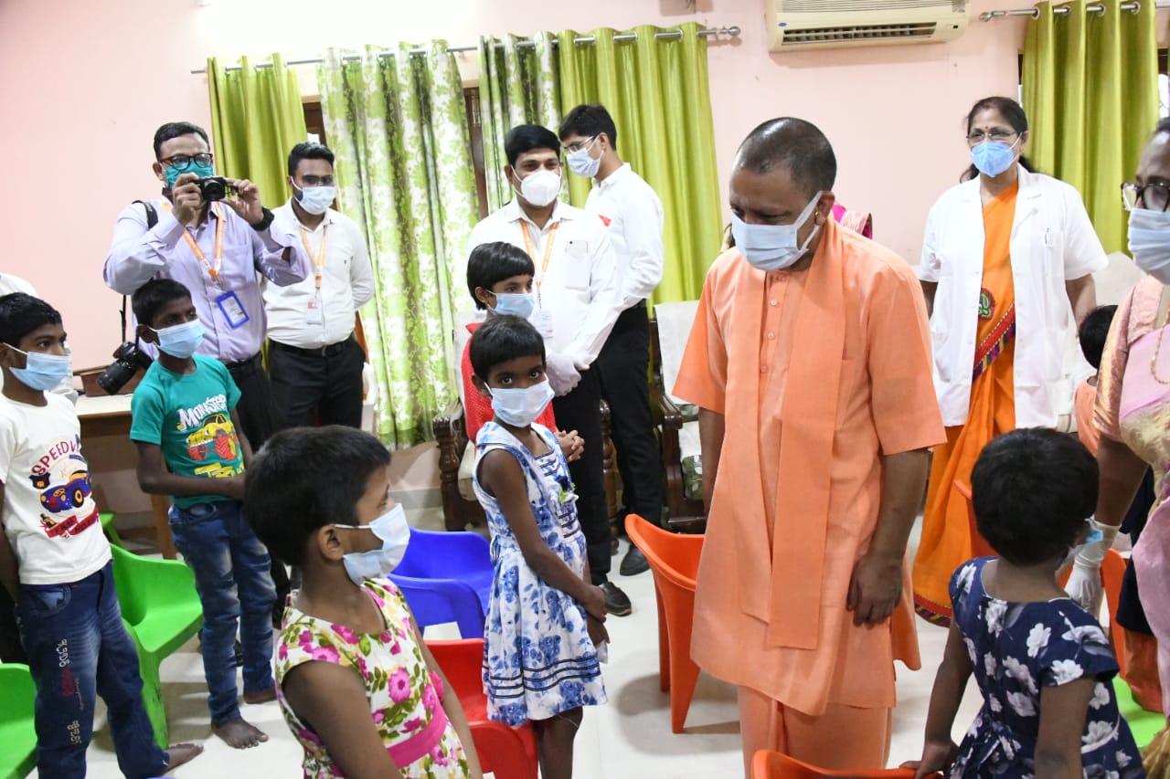 कोरोना महामारी में अनाथ हुए बच्चों से मिले सीएम, बांटा दर्द; बोले- सरकार उठाएगी उनके भरण-पोषण का जिम्मा|गोरखपुर,Gorakhpur - Dainik Bhaskar