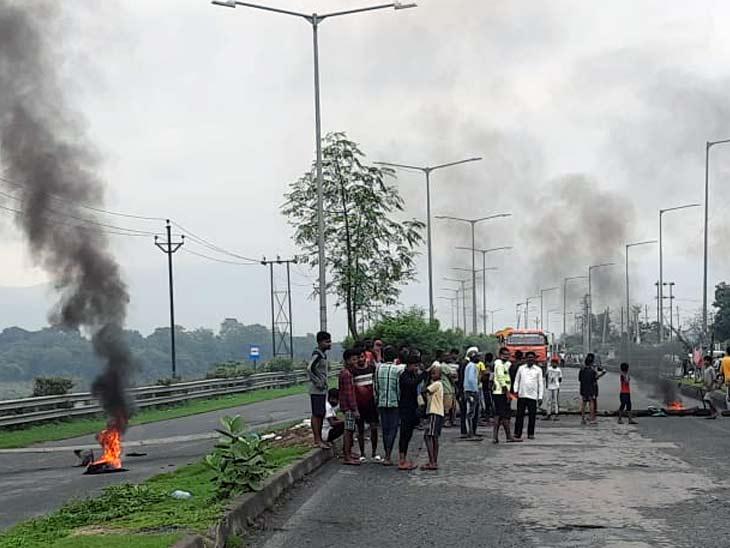 थानेदार ने फोन नहीं उठाया तो बस्ती के लोगों ने मरीन ड्राइव दोबारा किया दो घंटे जाम, आश्वासन पर सड़क से हटे|झारखंड,Jharkhand - Dainik Bhaskar