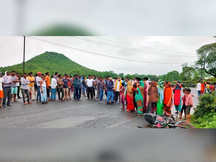 मौके पर देर से पहुंची पुलिस के विरोध में ग्रामीणों ने जमकर हंगामा किया। - Dainik Bhaskar