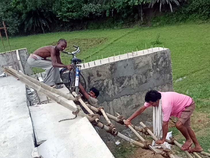 साइकिल सवार निर्माणाधीन पुल को बांस पर चढ़ क्रॉस कर दूसरी ओर जाने को मजबूर हो गए हैं।