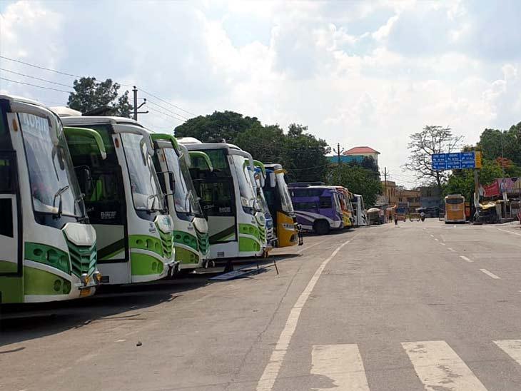 बिरसा मुंडा बस टर्मिनल में लॉकडाउन की वजह से 1 माह से खड़ी बसें। - Dainik Bhaskar