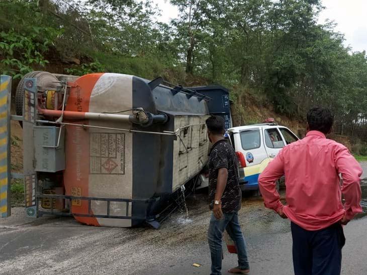 ब्रेक फेल होने से ट्रक पलटा, मौके पर पहुंची पुलिस; पीछे से आ रहे डीजल लोडेड टैंकर ने PCR वैन में मारी टक्कर झारखंड,Jharkhand - Dainik Bhaskar