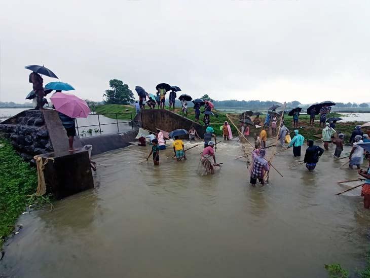 पबिया में जलभराव वाली जगह से लोगों के बीच मछली पकड़ने की होड़ मच गई।