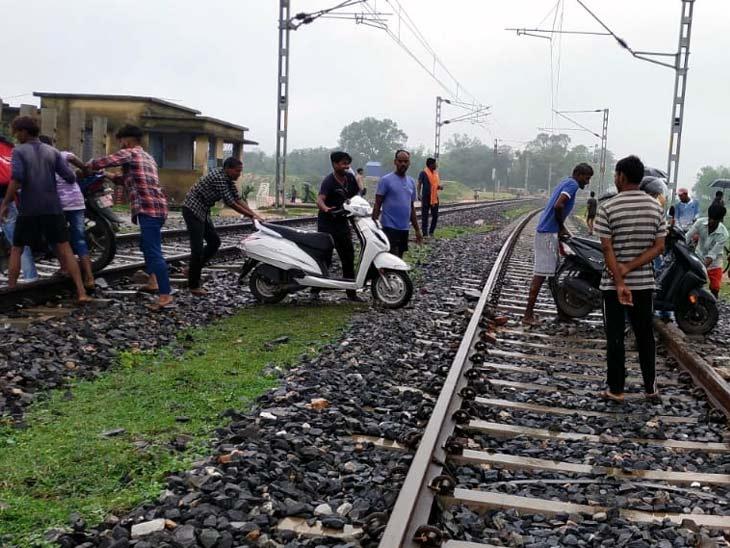 अंडरपास में पानी भर जाने से दो पहिया वाहन चालक रेलवे ट्रैक पार कर रास्ता क्रॉस करने पर मजबूर हो गए हैं।