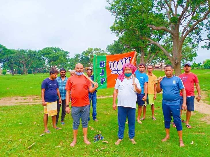 राज्य के किसानों से धान खरीद कर सरकार ने पैसा नहीं दिया, भाजपा ने खेतों में प्रदर्शन कर किया विरोध|रांची,Ranchi - Dainik Bhaskar