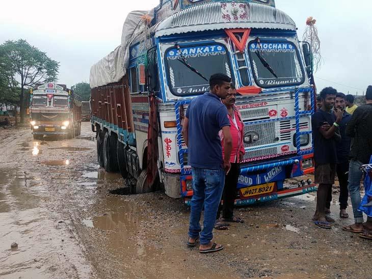 सिमडेगा-राउरकेला रोड पर डायवर्सन के कमजोर होने से ट्रक गड्ढ़े में फंसा, जाम की बनी स्थिति; 10KM अतिरिक्त घूम कर जाने की बनी मजबूरी|रांची,Ranchi - Dainik Bhaskar
