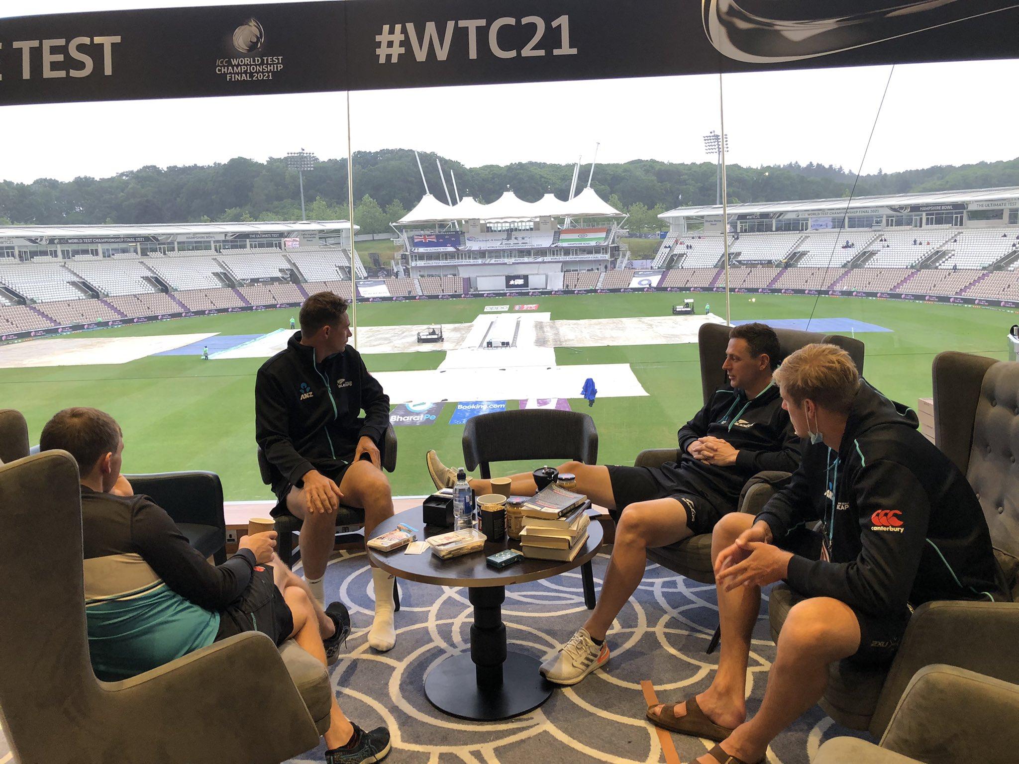 बारिश के दौरान पिच को कवर से ढका गया। ड्रेसिंग रूम में बैठे न्यूजीलैंड के खिलाड़ी।