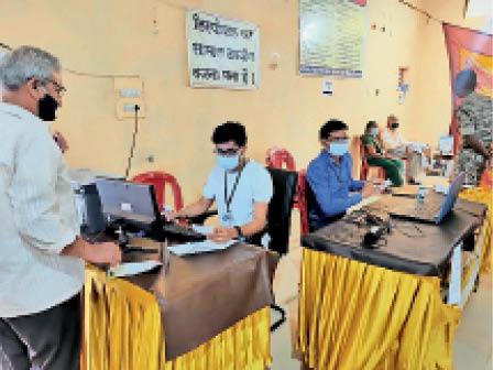 टाउनहाॅल बालोद में टीका लगवाने के पहले रजिस्ट्रेशन जरूरी है। - Dainik Bhaskar