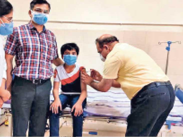 पहले खुद पर, फिर बड़े बेटे और अब छाेटे बेटे पर भी कराया काेवैक्सीन का ट्रायल|पटना,Patna - Dainik Bhaskar