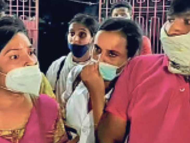 सदर अस्पताल में प्रदर्शन करते नवनियुक्त अभ्यर्थी। - Dainik Bhaskar