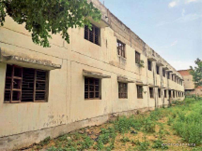 गर्ल्स कॉलेज का छात्रावास 9 साल से अनुपयोगी पड़ा है। - Dainik Bhaskar