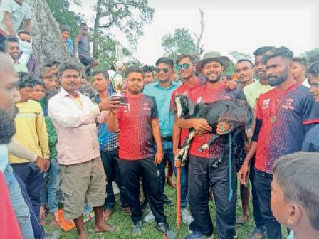 विजेता टीम को ट्रॉफी और खस्सी देते मैच के आयोजक। - Dainik Bhaskar