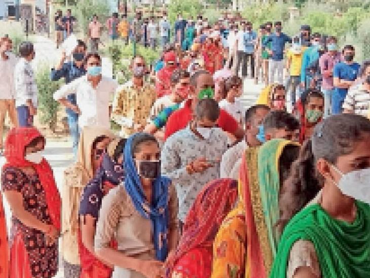 फोटो : बिसाऊ में टीके लगवाने के लिए कड़ी धूप में लाइन में लगे लोग। - Dainik Bhaskar