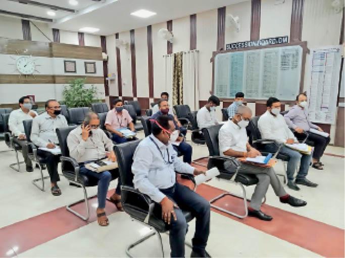 भू अर्जन को लेकर जिला पदाधिकारी की बैठक में शामिल पदाधिकारी। - Dainik Bhaskar