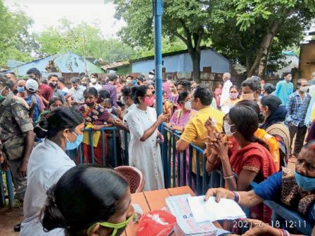 टीका लेने आए लोगों को समझातीं बीडीओ। - Dainik Bhaskar