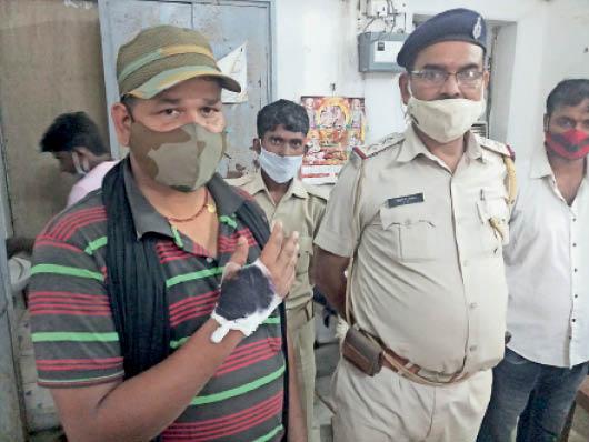 सदर अस्पताल में इलाज के लिए पहुंचे चौकीदार व पुलिस के जवान। - Dainik Bhaskar