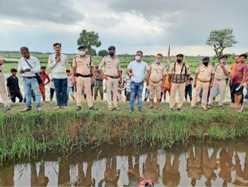 घटनास्थल का निरीक्षण करते एएसपी व अन्य। - Dainik Bhaskar
