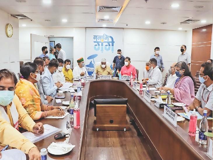 दिल्ली में केंद्रीय जल शक्ति मंत्री गजेंद्रसिंह शेखावत के साथ बैठक करते राजस्थान के प्रतिनिधि और अधिकारी। - Dainik Bhaskar